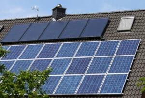 Photovoltaik- und Solarthermie-Module auf einem Hausdach I Lohschmidt Solar- und Energie in 04758 Oschatz I Credits: stock.adobe.com